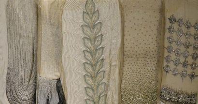 Cinq panneaux de robes du soir brodés, Fritel...