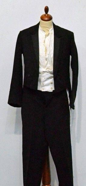 Partie du vestiaire masculin habillé, d'une...