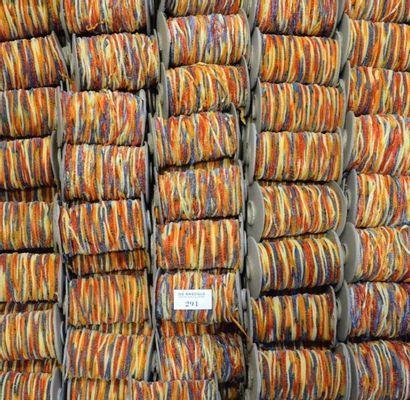Quatre-vingt-seize bobines de fil chenille...