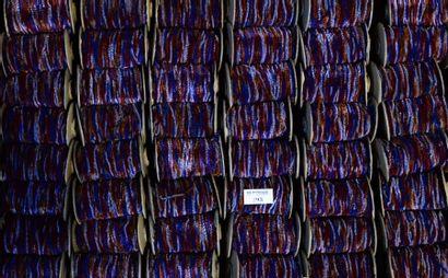 Cent-soixante-quatorze bobines de fil chenille...