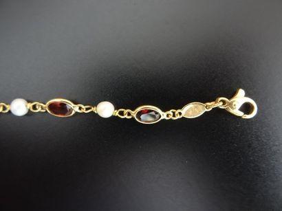 Bracelet en or 18K (750°/00) ponctué de perles...