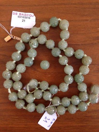 Collier de perles de stéatite ciselées, fermoir...