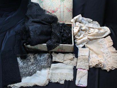 Réunion d'accessoires du costume féminin...
