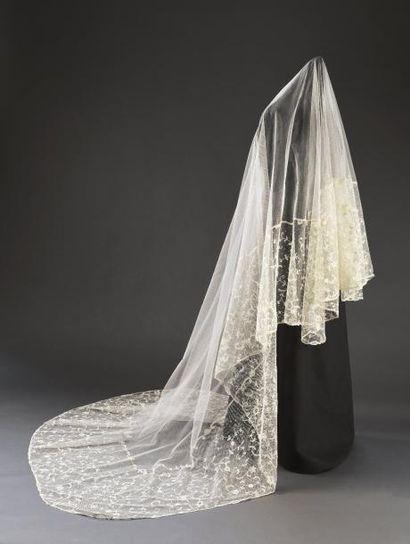 Grand voile de mariée en dentelle Application...