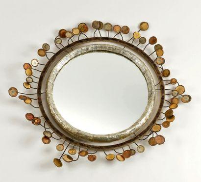 LINE VAUTRIN Miroir «Sequins» en résine de talossel. Signé et marqué ROY D. 60 c...