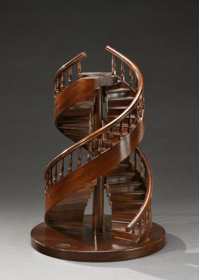 Escalier de maîtrise en acajou à double révolution, signé sur une plaque en cuivre...