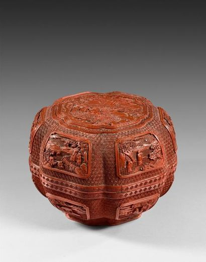 CHINE - Epoque QIANLONG (1736 - 1795)  Boite de forme hexalobée en laque rouge,...