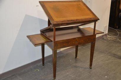Table à la Tronchin en acajou et placage d'acajou. Le plateau inclinable à hauteur...