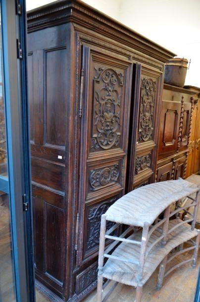 Importante armoire en bois sculpté  Les deux...