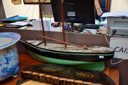 Maquette de bateau en bois  H. 80 cm L. 118 cm  Vers 1930  (Etat d'usage, un mat...