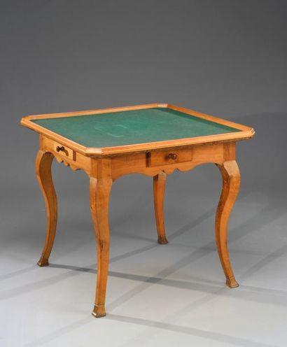 Table à jeux carrée, en bois naturel reposant sur quatre pieds cambrés à sabot,...
