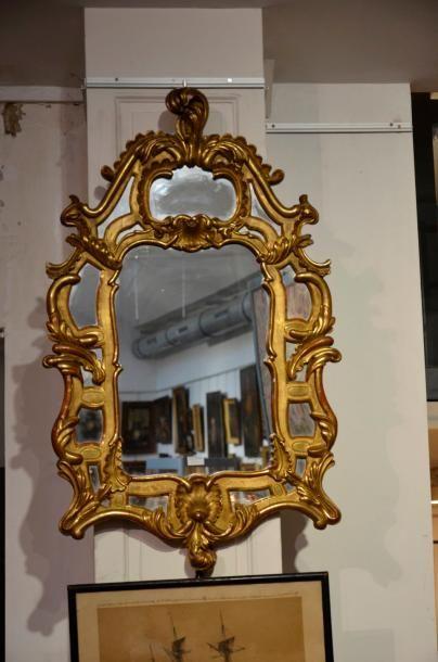 Miroir à parecloses en bois doré et sculpté...