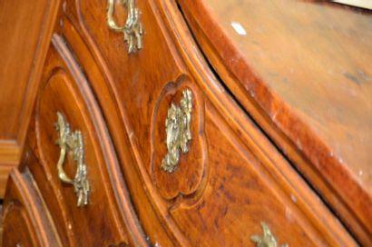 Commode lyonnaise en noyer  XVIIIe siècle  H. 97 cm L. 135 cm P. 66 cm  Plateau...