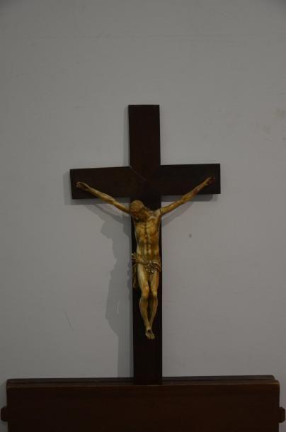 Christ en ivoire. La tête penchée vers la...