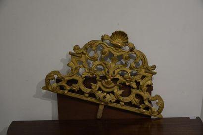Fronton en bois sculpté et doré d'une coquille, feuillages et fleurs  XVIIIe siècle...