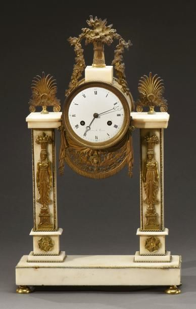 """Pendule portique à pilastres en marbre blanc, le cadran signé """"GUYON à LYON"""", décor..."""