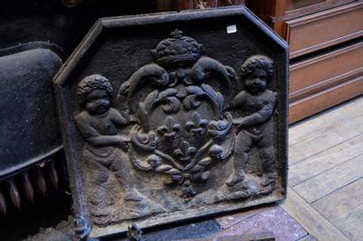 Plaque de cheminée en fonte à décor de fleurs...
