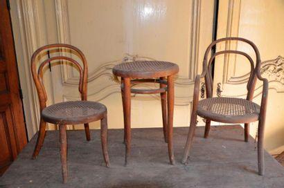 X Un tabouret, un fauteuil et une chaise...