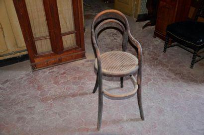 X Chaise haute en bois courbé, assise cannée....