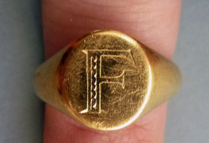 Chevalière en or jaune 18K (750/°°), monogrammée...