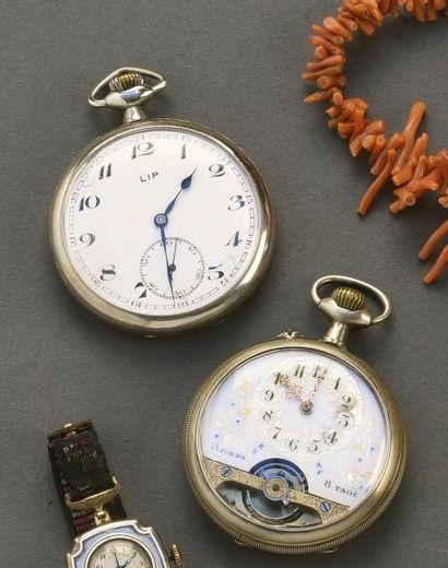 Une montre gousset en métal LIP à décor rayonnant...