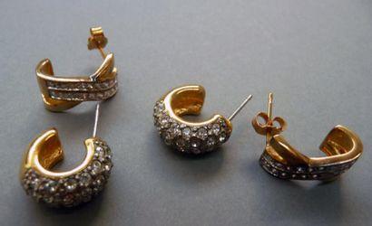 Deux paires de boucles d'oreilles en métal...