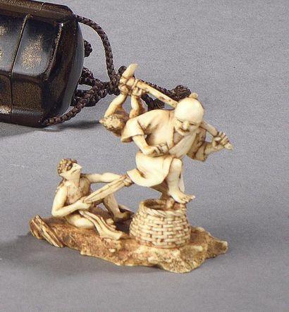 JAPON - XIXe siècle Netsuke en ivoire, paysan...