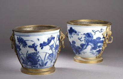 CHINE Deux vases de forme ovoïde munis d'anses...