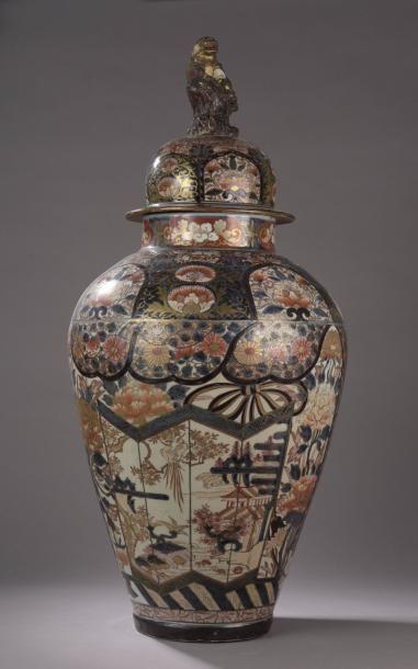 Grande potiche balustre couverte en porcelaine...