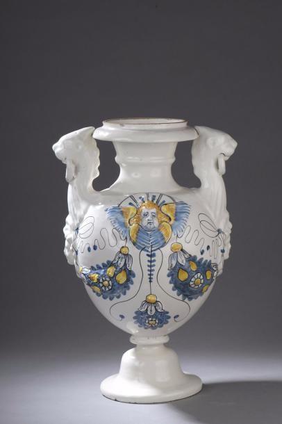NEVERS Grand vase d'autel en faïence sur...