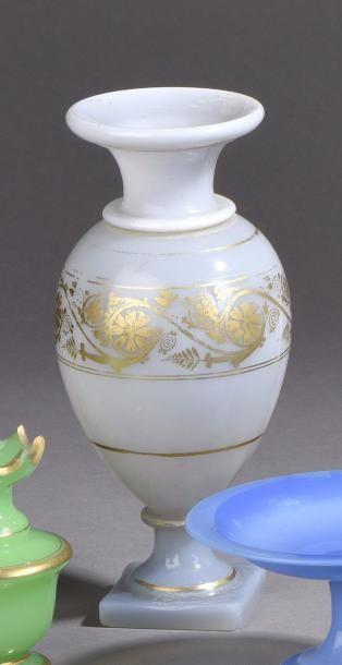 FRANCE Vase en opaline de forme ovoïde reposant...