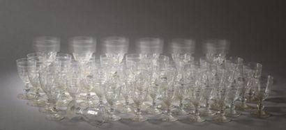 Service de verres à pied en cristal gravé...