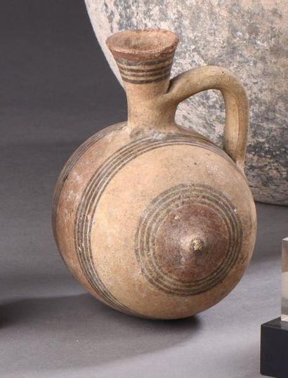 Vase à panse tonnelé et col tronconique,...
