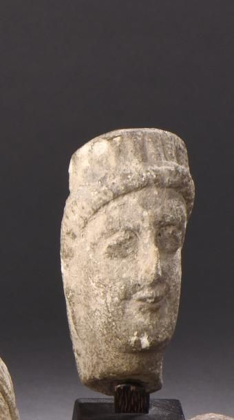 Tête chypriote imberbe, les yeux en amande,...