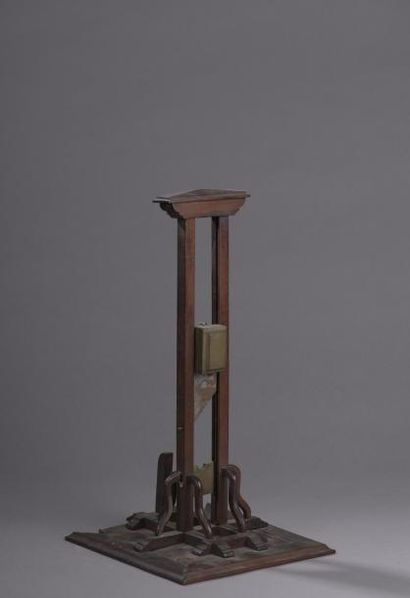 Guillotine miniature à socle en marqueterie...
