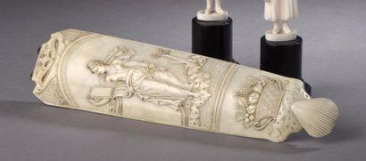 DIEPPE Râpe à tabac en ivoire sculpté à décor...