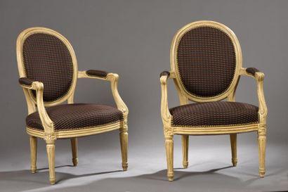 Paire de fauteuils à dossier médaillons en...