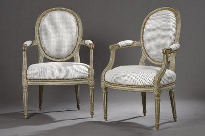 Paire de fauteuils à dossier médaillon laqués...