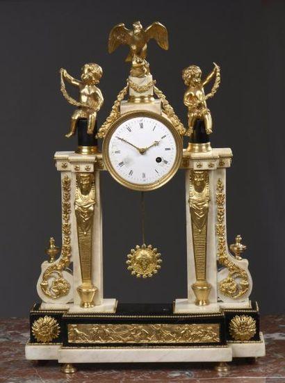 Pendule portique en marbre blanc et bronze,...