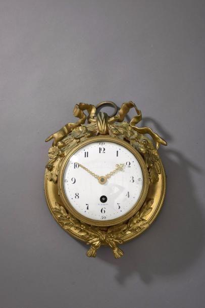 Pendule oeil-de-boeuf en bronze doré ornée...