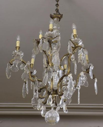 Lustre en bronze doré et pendeloques de cristal...