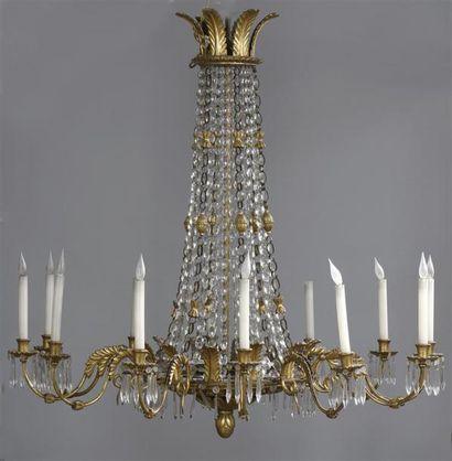Grand lustre en bois sculpté et fer doré...