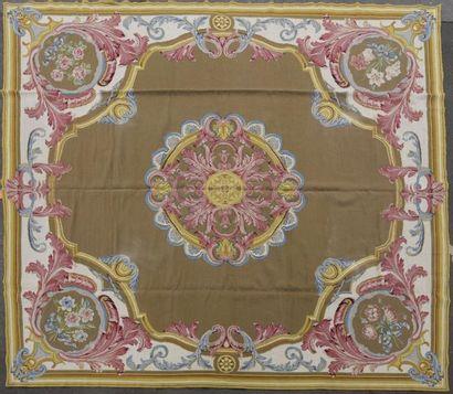 Grand tapis en laine sur canevas orné d'une...