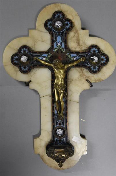 Crucifix en cloisonné, albâtre et cartouches...