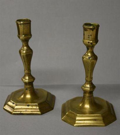 Une paire de bougeoirs bas en bronze, socle...