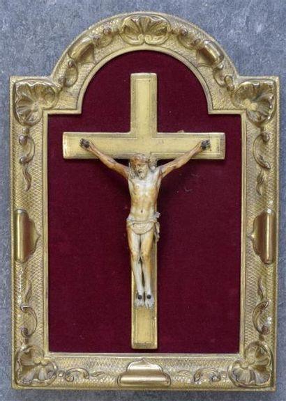 Christ en ivoire, la tête penchée vers la...