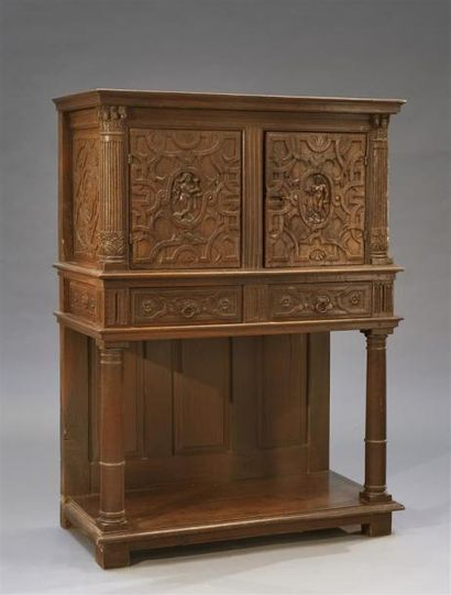 Cabinet en chêne à deux portes sculptées d'une figure féminine centrale dans un...