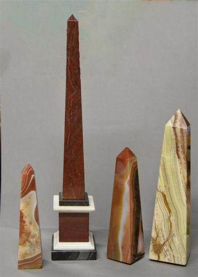 Lot de quatre obélisques en pierres dures...