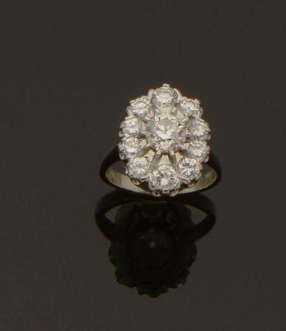 Bague en or gris centrée d'un diamant taille...