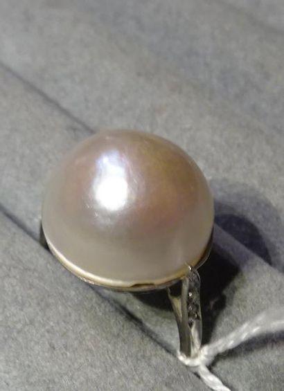 Bague en platine (850/°°) ornée d'une perle...
